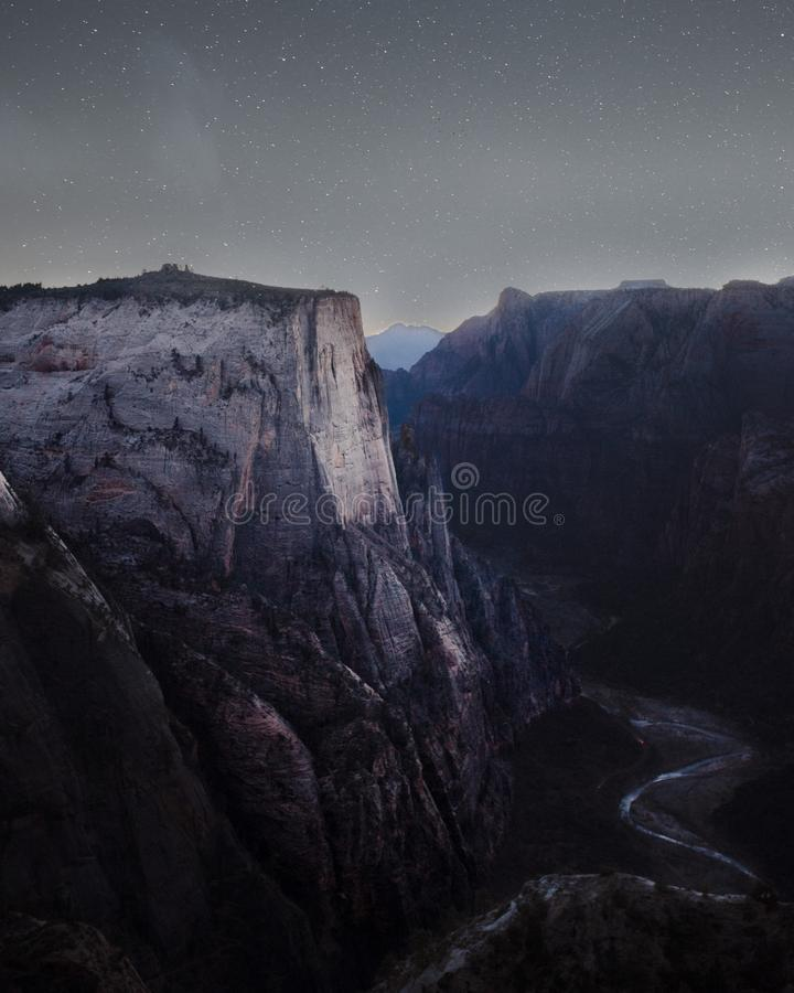Montanhas rochosas e montes bonitos com surpresa do c?u estrelado excitante imagem de stock