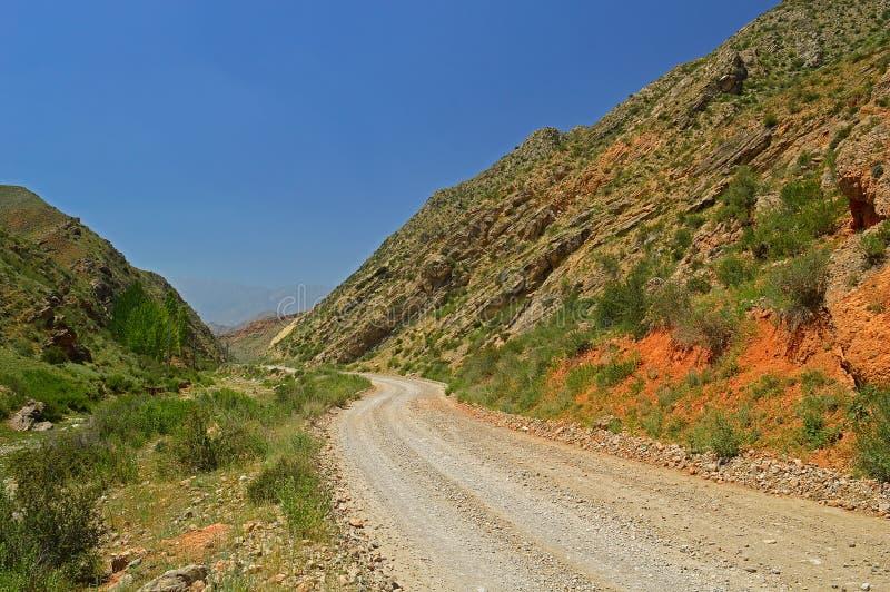 Montanhas rochosas vermelhas perto da cidade de Tamasha foto de stock royalty free