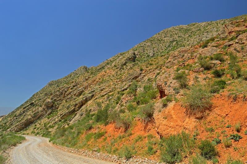 Montanhas rochosas vermelhas perto da cidade de Tamasha imagem de stock royalty free