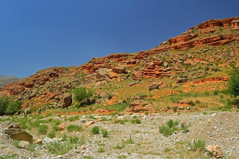Montanhas rochosas vermelhas perto da cidade de Tamasha foto de stock