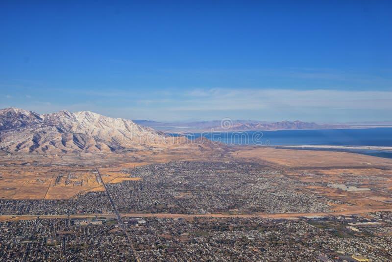 Montanhas Rochosas, visões aéreas de alcance Oquirrh, Rocha Frente de Wasatch do avião South Jordan, West Valley, Magna e Herrima imagem de stock royalty free