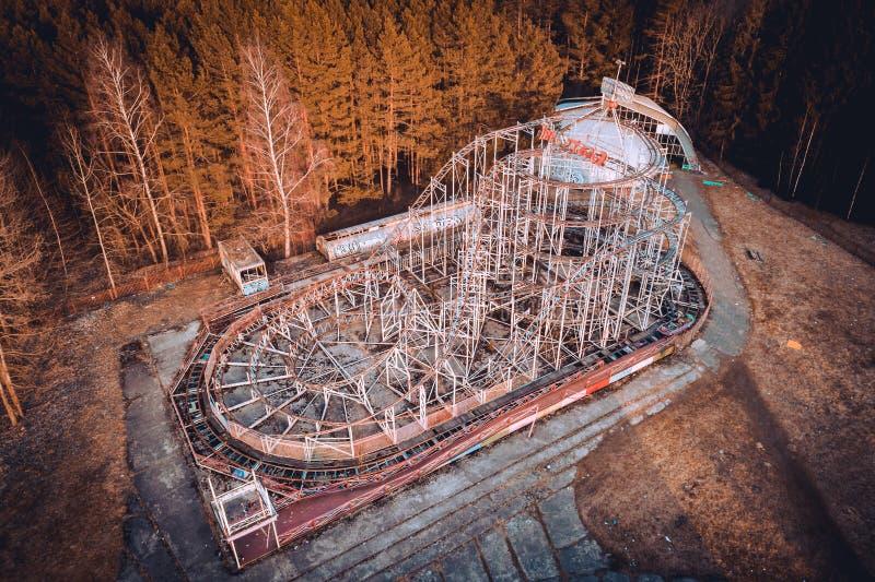 Montanhas russas abandonadas no parque do carrossel Este parque abandonado está na cidade de Elektrenai em Lituânia, mas sente co imagem de stock royalty free