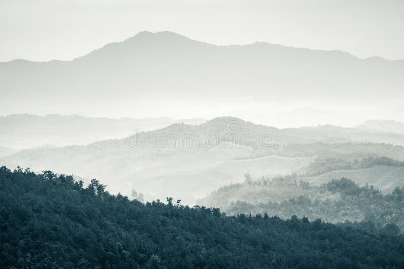Montanhas sob a névoa imagem de stock