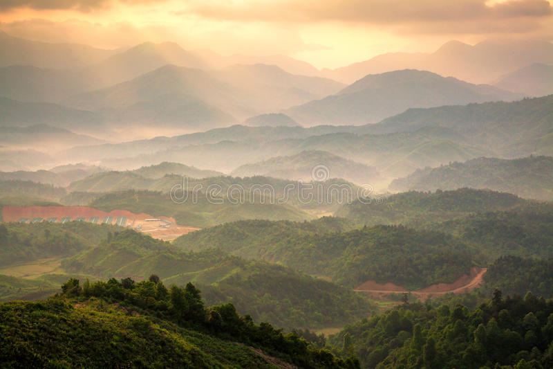 Montanhas sob a névoa fotografia de stock royalty free