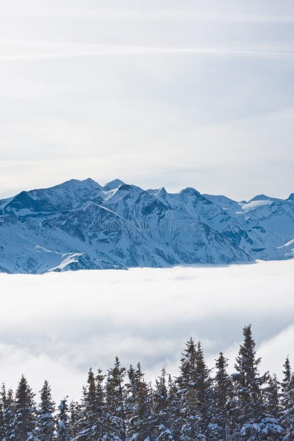 Montanhas sob a neve fotografia de stock