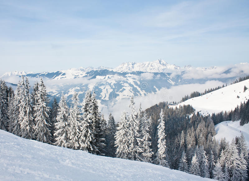 Montanhas sob a neve imagens de stock royalty free