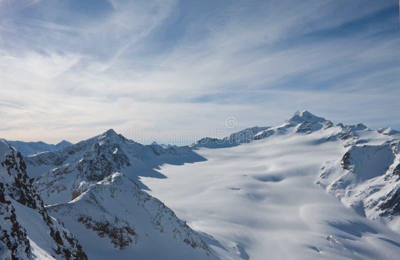 Montanhas sob a neve no inverno foto de stock