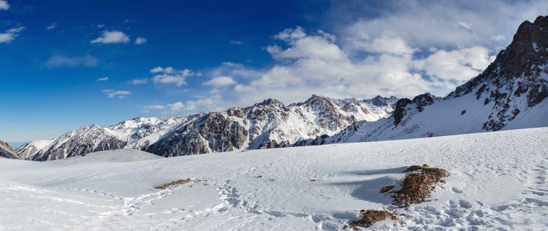Montanhas sob a neve no inverno Panorama da paisagem da cordilheira da neve fotografia de stock