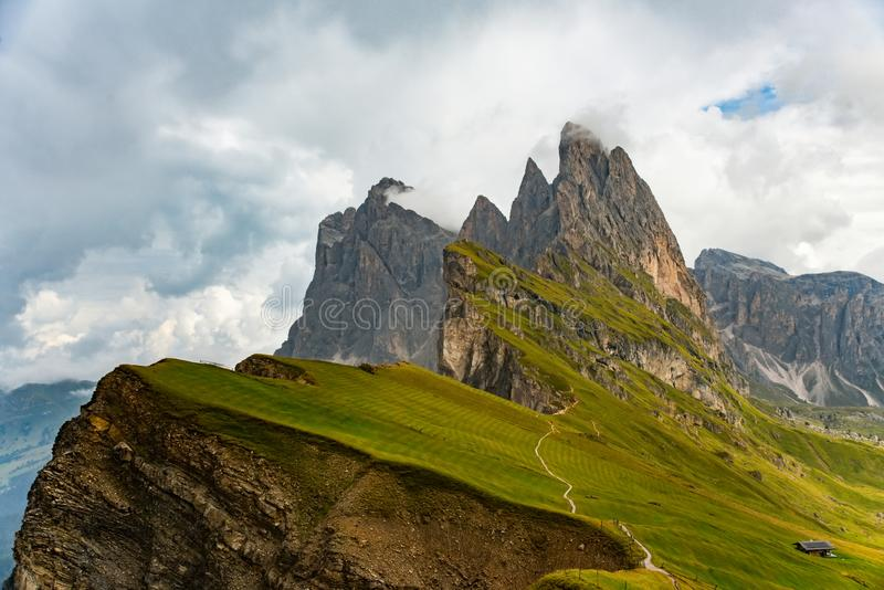 Montanhas surpreendentes das dolomites da vista de Seceda sobre Odle Puez foto de stock royalty free