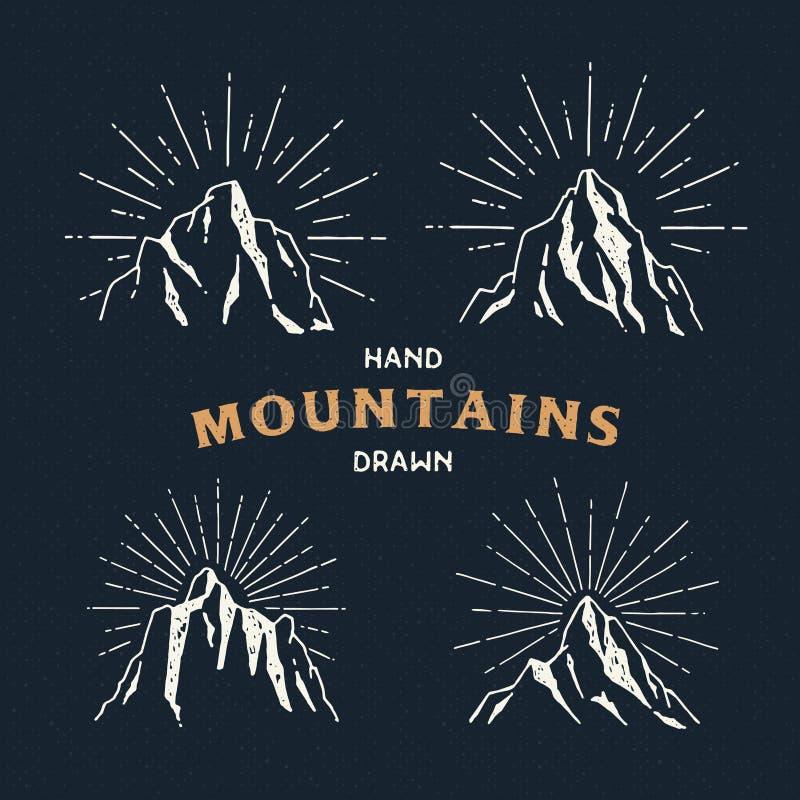 Montanhas tiradas mão Grupo de ilustração do esboço do curso ilustração stock