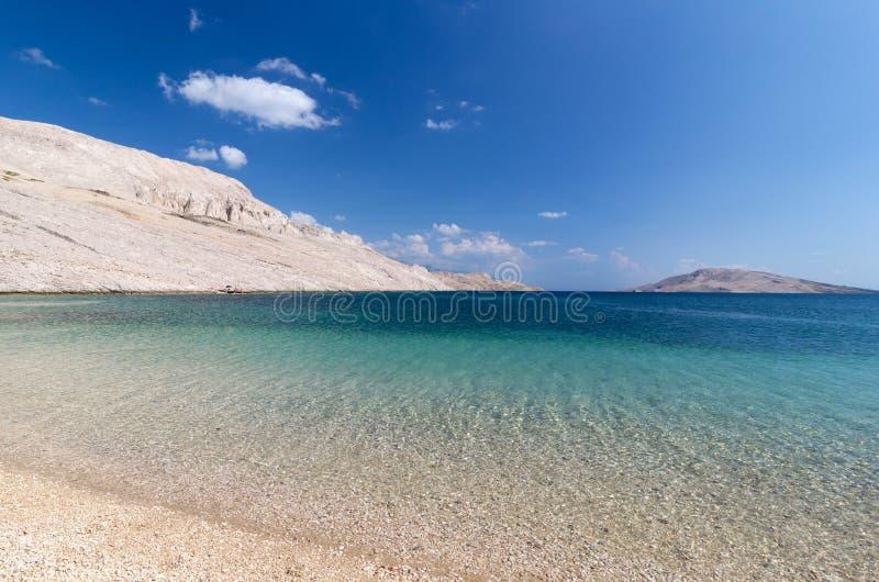 Montanhas tropicais do branco da água azul da praia imagem de stock