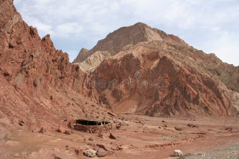 Montanhas vermelhas ao longo da estrada de Karakorum fotografia de stock