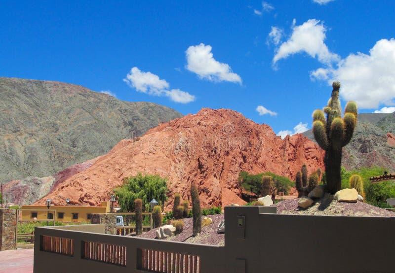 Montanhas vermelhas bonitas em Quebrada de Humahuaca foto de stock