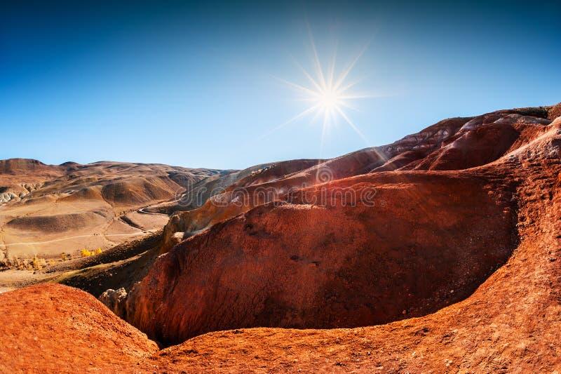 Montanhas vermelhas no vale de Kyzyl-Chin, Altai, Sibéria, Rússia imagem de stock