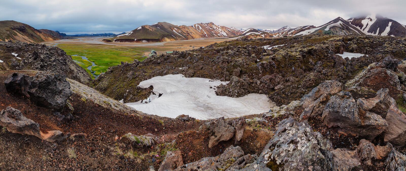 Montanhas vulcânicas coloridas bonitas Landmannalaugar em Islândia, horas de verão imagens de stock