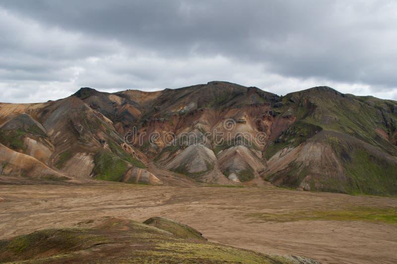 Montanhas vulcânicas coloridas magníficas no parque Landmannalaugar Islândia do vale em horas de verão fotos de stock royalty free