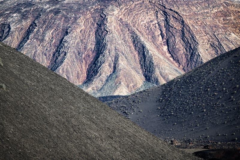 Montanhas vulcânicas em Lanzarote, Ilhas Canárias imagem de stock royalty free