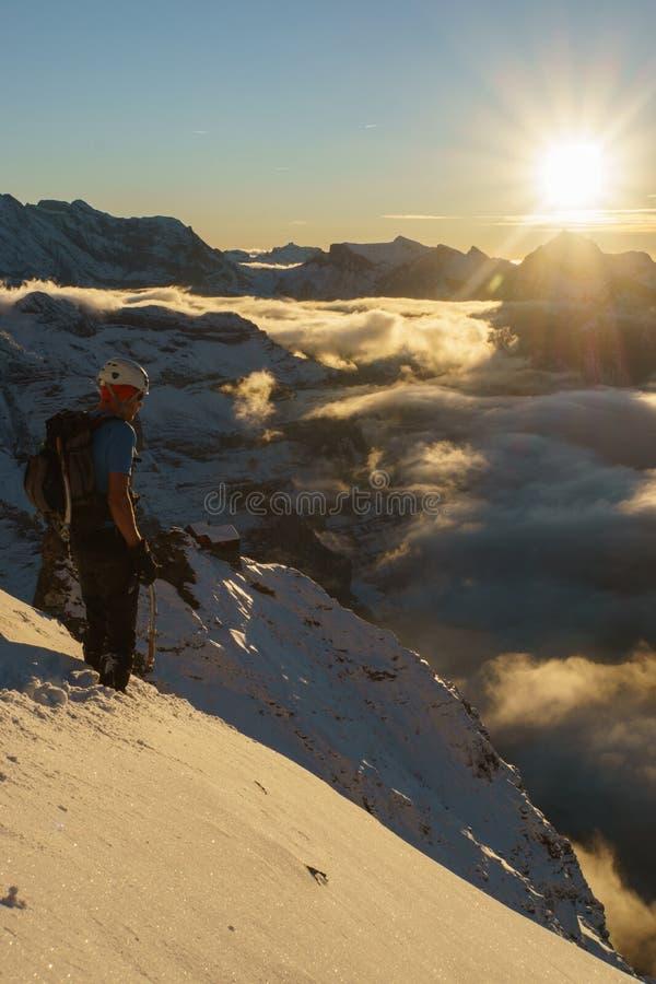 Montanhista com opinião bonita do por do sol da montanha fotos de stock