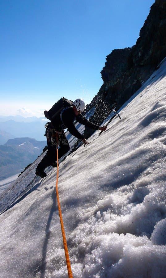 Montanhista de montanha masculino em um campo de gelo íngreme e exposto fotografia de stock royalty free