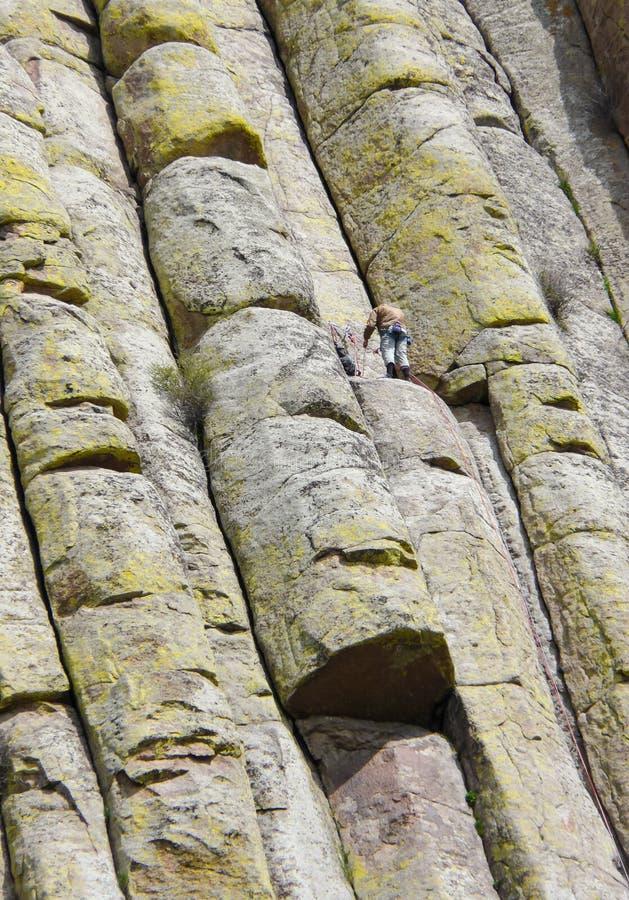 Montanhista de montanha na torre dos diabos em Wyoming fotografia de stock royalty free