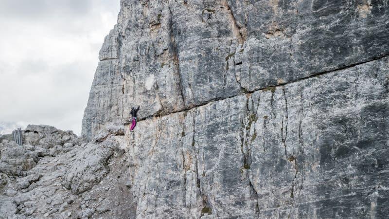 Montanhista de rocha fêmea no pico o mais alto de Cinque Torri ` da cortina D imagens de stock royalty free