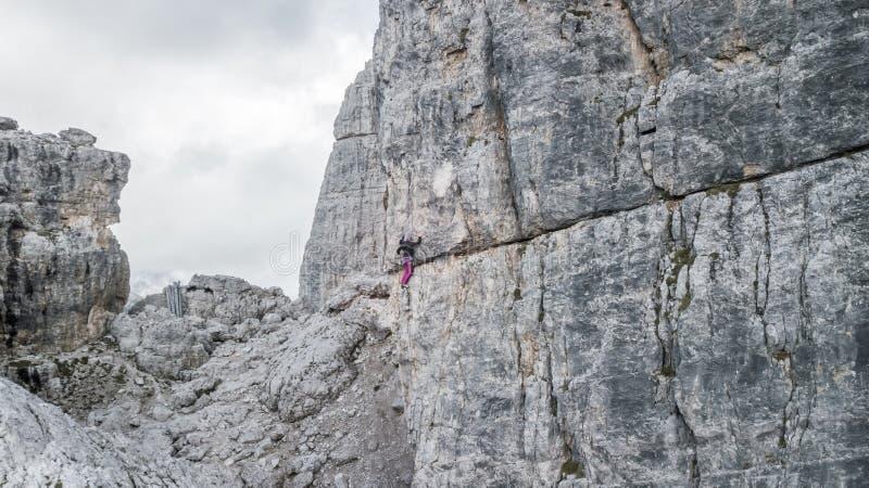 Montanhista de rocha fêmea no pico o mais alto de Cinque Torri ` da cortina D imagem de stock royalty free