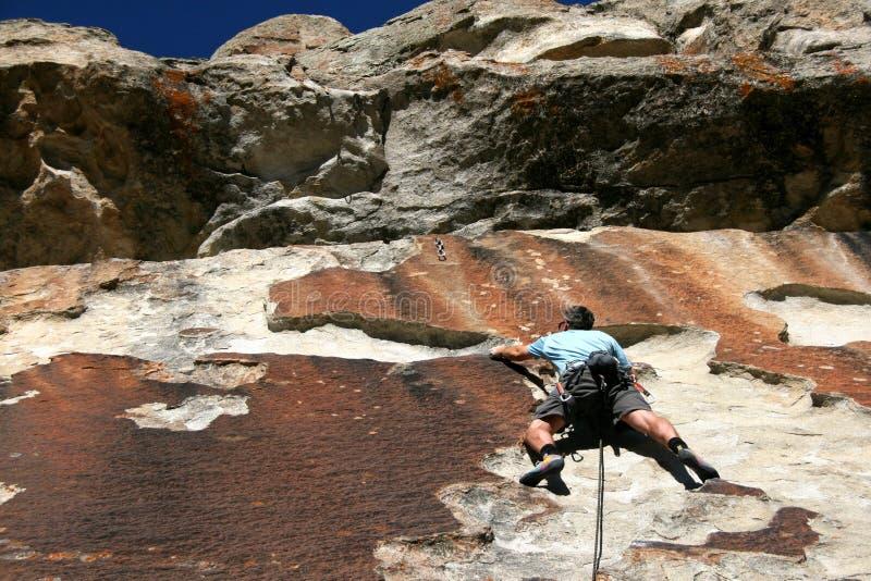 Montanhista de rocha no penhasco fotografia de stock