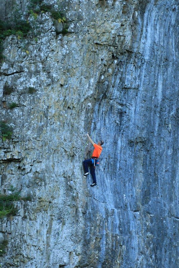 Montanhista de rocha no penhasco de Kilnsey imagens de stock