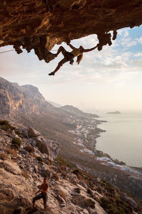 Montanhista de rocha no por do sol, Kalymnos, Grécia fotografia de stock royalty free