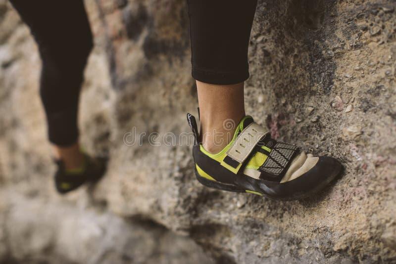 Montanhista de rocha, vista inferior com seu pé fotos de stock