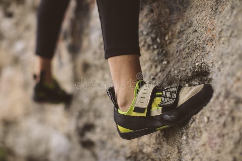 Montanhista de rocha, vista inferior com seu pé imagem de stock