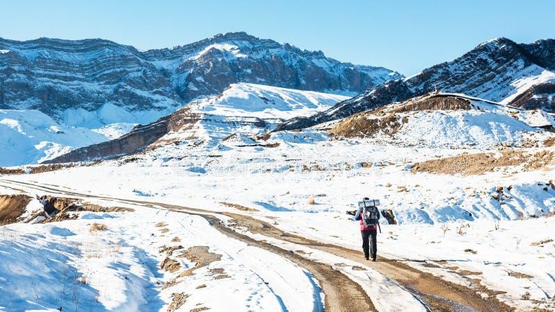 Montanhista do turista em uma fuga da neve da montanha fotografia de stock