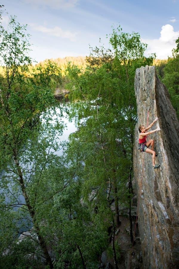 Montanhista fêmea da rocha imagens de stock