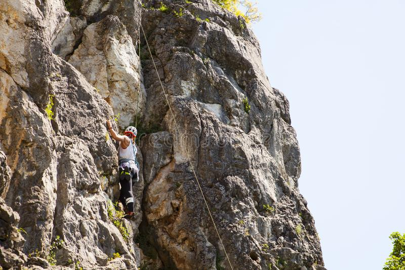 Montanhista fêmea no penhasco do ² de Doberdà foto de stock