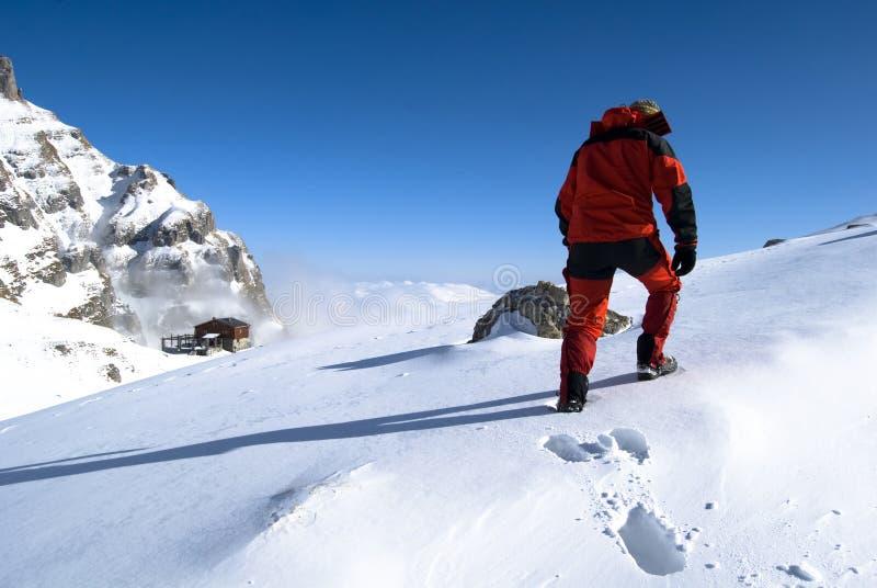 Montanhista na neve imagem de stock