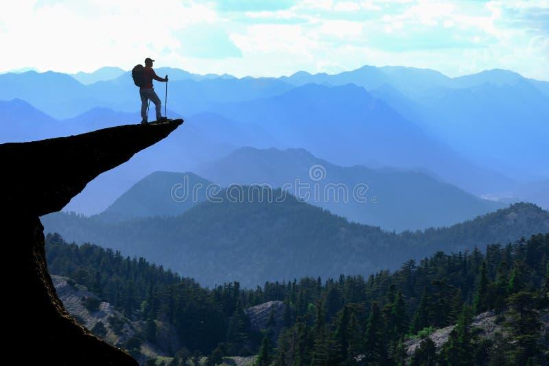 Montanhista no pico de montanha imagem de stock