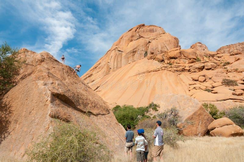 Montanhistas de rocha em Spitzkoppe imagem de stock