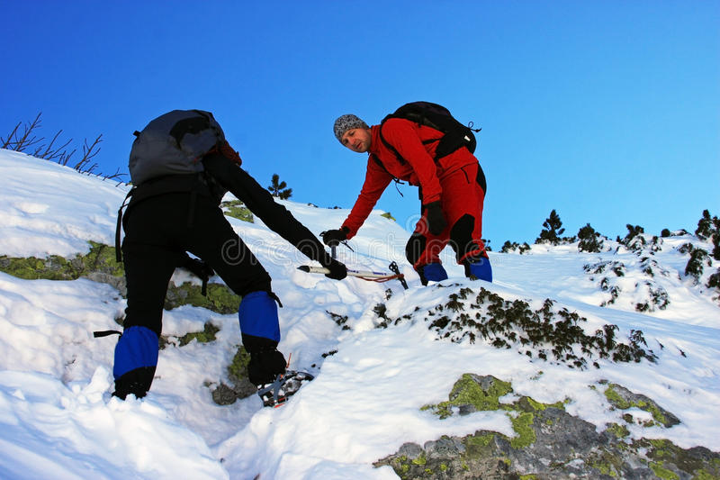 Montanhistas que vão acima a montanha em montanhas de Retezat, Romênia imagens de stock royalty free