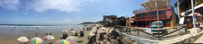 Montanita, Ecuador 5-7-2019: gli ombrelli colourful hanno allineato sulla spiaggia fotografia stock