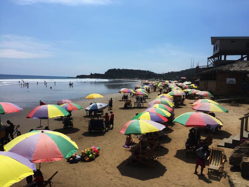 Montanita, Ecuador 5-7-2019: Molti ombrelli colourful allineati sulla spiaggia immagini stock