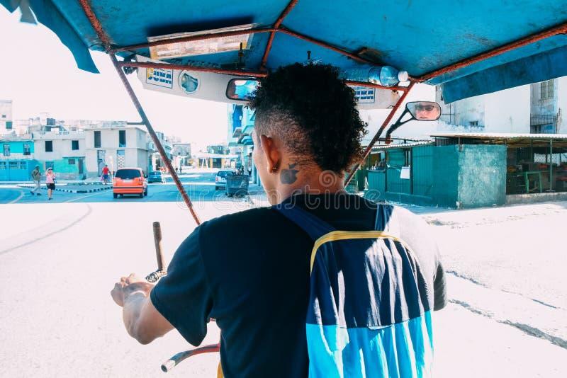 Montant dans un Tuk Tuk dans la ville de La Havane, le Cuba image libre de droits