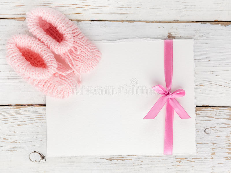 Montantes do bebê com um cartão vazio em um fundo de madeira branco Vista superior Configuração lisa fotos de stock royalty free