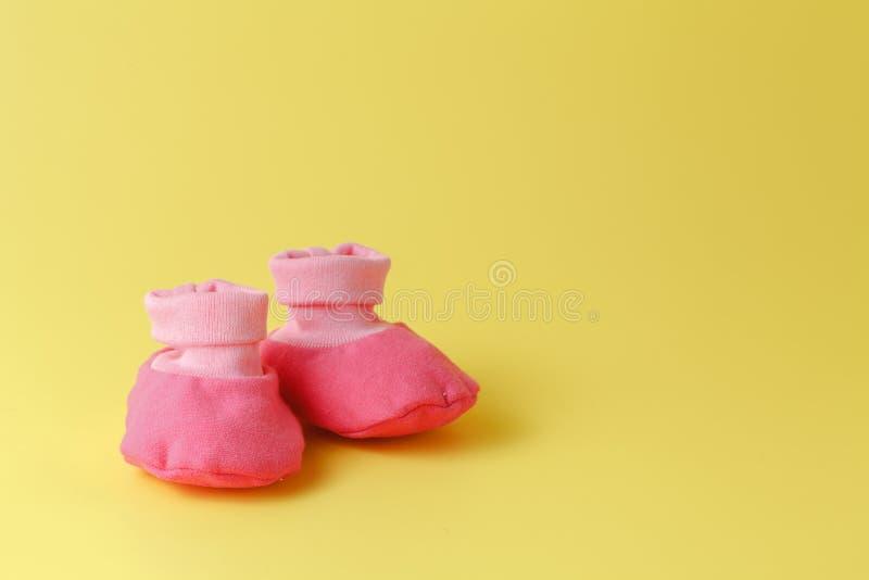 Montantes do bebê em um fundo amarelo fotografia de stock royalty free