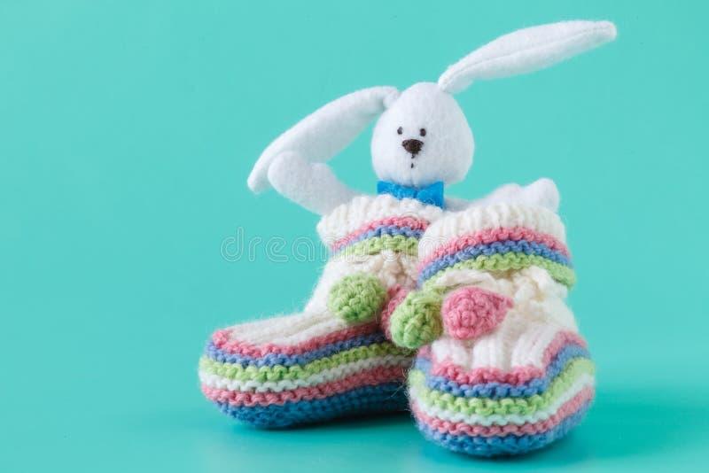 Montantes feitos a mão do bebê e brinquedo do coelho fotos de stock