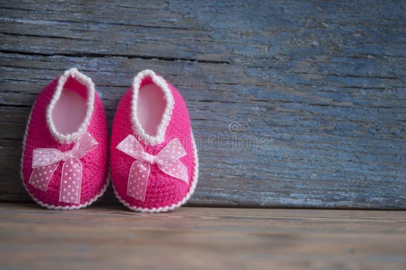 Montantes feitos malha do bebê Fazer crochê feito a mão imagens de stock