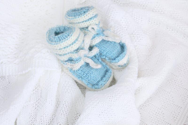 Montantes recém-nascidos feitos malha do bebê no fundo branco geral feito crochê imagens de stock royalty free