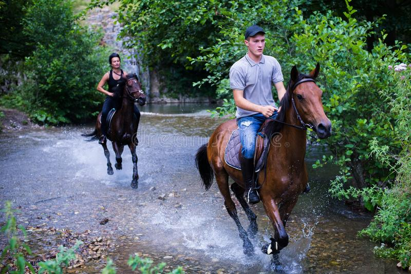 Montar a caballo imagenes de archivo