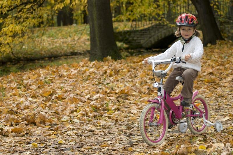 Montar a caballo de la bici del otoño foto de archivo libre de regalías