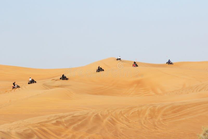 Montar a caballo de la bici en safari del desierto de Dubai foto de archivo libre de regalías