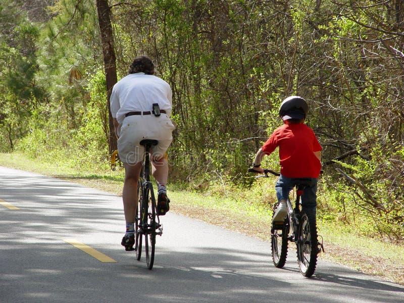 Montar a caballo de la bicicleta de la familia fotos de archivo libres de regalías